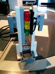 Traffic light assembly using RCX/NXT lamps, coloured diffusers and wires, made with only EV3 Ed brick pieces
